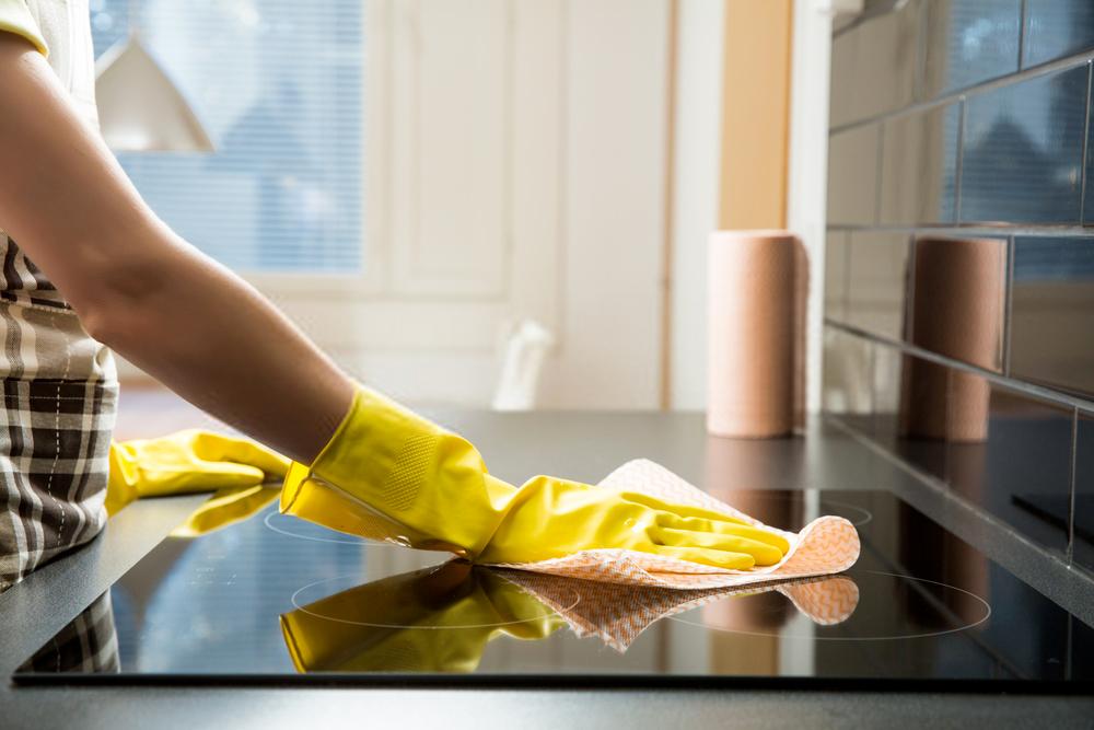 Dùng khăn mềm lau bề mặt bếp sau khi nấu chín thức ăn